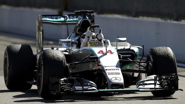 "Presse: ""Hamilton fährt mit einer Hand am Lenkrad"" (Bild: APA/EPA/SRDJAN SUKI)"