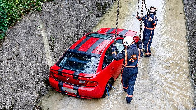 Die Feuerwehr barg den Wagen aus dem Almkanal. (Bild: MARKUS TSCHEPP)