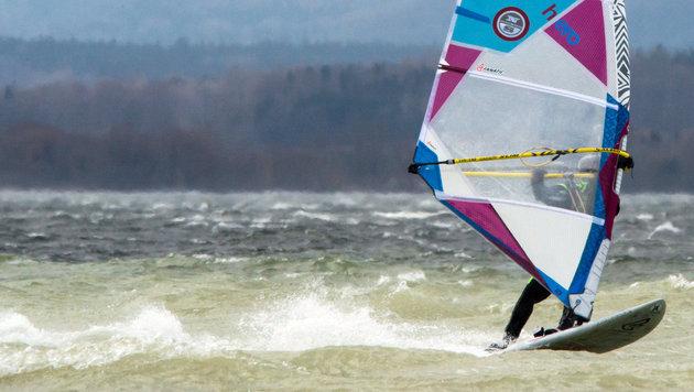 Wiener (64) stirbt beim Surfen am Neusiedler See (Bild: APA/dpa/Peter Kneffel (Symbolbild))