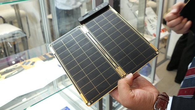 Die Firma YOLK zeigt auf der IFA ein modulares Solar-Ladegerät, das besonders dünn ist. (Bild: Dominik Erlinger)
