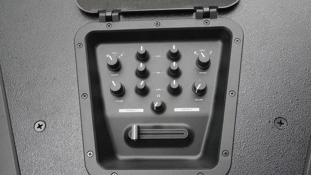 Das 2-Kanal-Mischpult versteckt sich unter einer Abdeckung an der Oberseits des Lautsprechers. (Bild: krone.at)