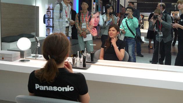 Der intelligente Spiegel von Panasonic zeigt, wie Make-up oder Bärte aussehen würden. (Bild: Dominik Erlinger)