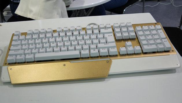 Eine mechanische Tastatur für Gamer mit einer Vorliebe für Eingabegeräte in Gold-Optik. (Bild: Dominik Erlinger)