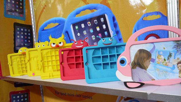Die Zubehörindustrie zeigt auf der IFA Hüllen für Smartphones und Tablets in allen Farben & Formen. (Bild: Dominik Erlinger)