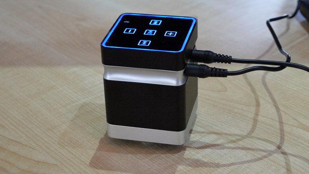 Dieses Gadget macht den Tisch zum Lautsprecher: Funktioniert mit Vibrationen. (Bild: Dominik Erlinger)