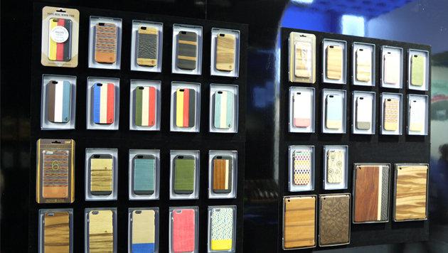 iPhone-Hüllen sind ein Wirtschaftsfaktor - und nun springen sogar Tischlereien auf diesen Trend auf. (Bild: Dominik Erlinger)