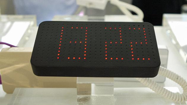 Ein chinesischer Hersteller bietet auf der IFA externe Akkus mit LED-Uhrenfunktion an. (Bild: Dominik Erlinger)