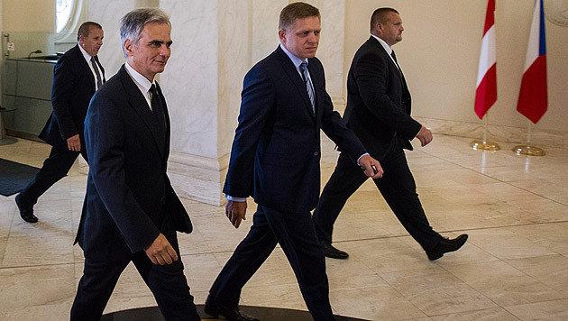 Nur auf dem Parkett im Gleichschritt: Kanzler Faymann und sein slowakischer Amtskollege Fico (Bild: APA/EPA/JAKUB GAVLAK)