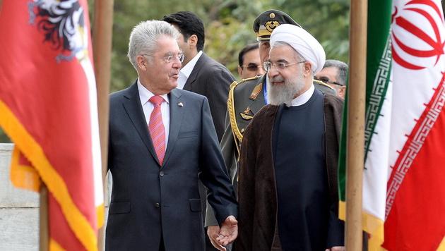 Bundespräsident Heinz Fischer beim Empfang durch Irans Präsident Hassan Rohani (Bild: APA/EPA/ROLAND SCHLAGER)