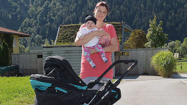 Mutter mit Baby in Hagelsturm im Stich gelassen (Bild: zeitungsfoto.at)