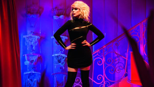 Paloma Faith vor der Treppe im Dessous-Laden. (Bild: Agent Provocateur)