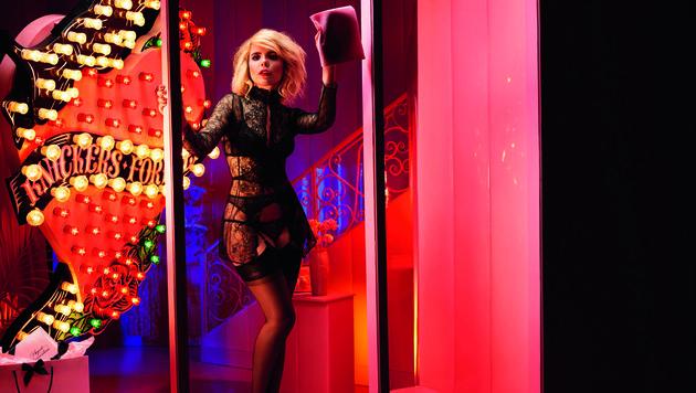 Paloma Faith putzt in Dessous das Schaufenster des Shops. (Bild: Agent Provocateur)