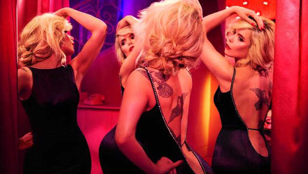 Paloma Faith betrachtet ihre Rückenansicht im Spiegel der Umkleidekabine. (Bild: Agent Provocateur)