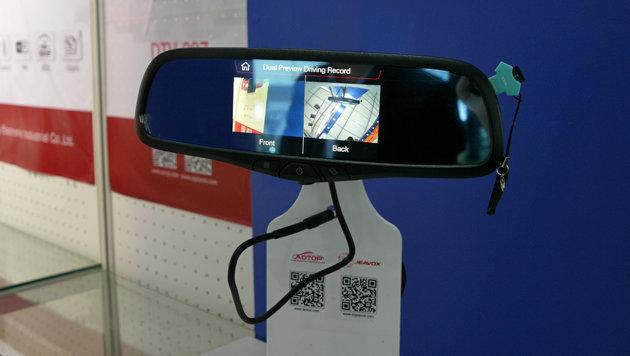 Intelligenter Rückspiegel: Dient als Navi, spielt Videos ab und kann mit Dashcams verbunden werden. (Bild: Dominik Erlinger)