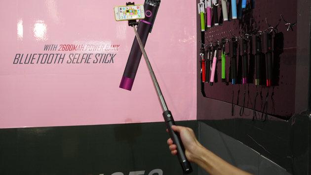 Selfie-Sticks dürfen heuer auf der IFA ebenfalls nicht fehlen. Hier mit eingebautem Akku-Pack. (Bild: Dominik Erlinger)