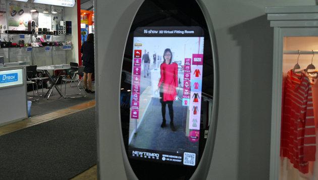 Anprobe ohne Kabine: Für 5.000 Dollar verkauft ein chinesischer Hersteller diesen smarten Spiegel. (Bild: Dominik Erlinger)