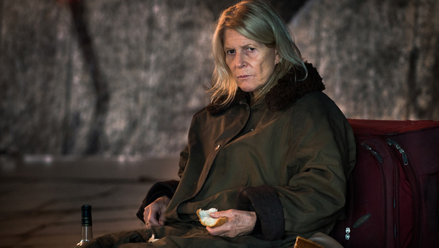 """Christiane Hörbiger in """"Auf der Straße"""" (Bild: ARD Degeto/Svenja von Schultzend)"""