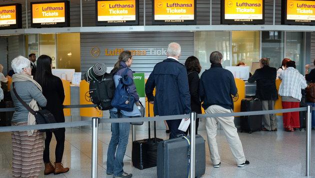 Lufthansa: Streik-Ende der Piloten nicht absehbar (Bild: APA/EPA/ANDREAS GEBERT)