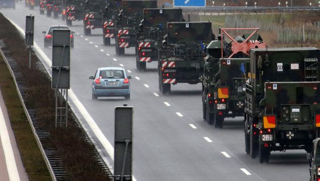 Mehr als 3000 NATO-Transporte durch Österreich (Bild: dpa-Zentralbild/Bernd Wüstneck)