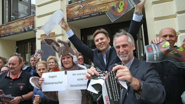 """Wirte protestieren: """"Probesterben nicht mit uns!"""" (Bild: Peter Tomschi)"""