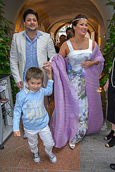 Anna Netrebko und Yusif Eyvazov mit Tiago bei der Verlobungsfeier in Salzburg (Bild: Viennareport)