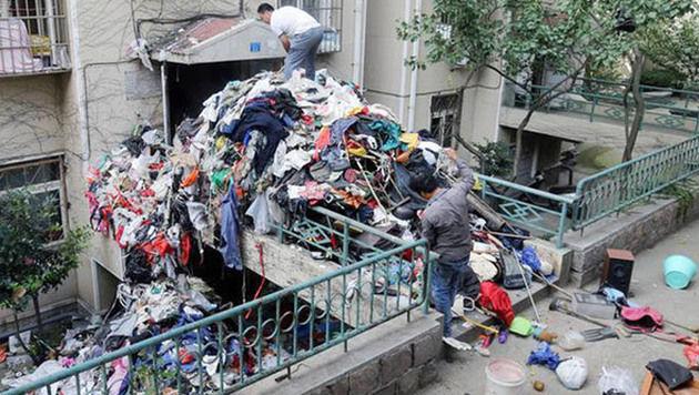 Unfassbar: Meterhoch türmte sich der Müll vor dem Messie-Haus (Bild: CEN)
