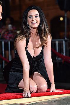 Sängerin Katy Perry setzt ihr prachtvolles Dekolleté in tief ausgeschnittenen Kleidern in Szene. (Bild: AFP)