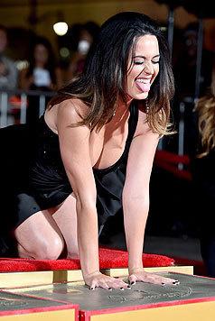 Als Katy Perry beide Hände in den Zement vor dem TLC Chinese Theatre drückte, kniete sie im ... (Bild: AFP)