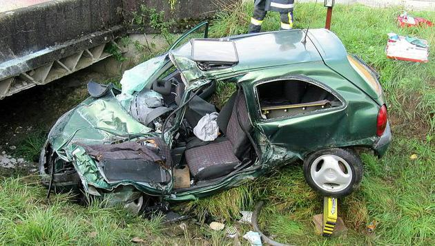 NÖ: 20-Jährige bei Autounfall ums Leben gekommen (Bild: APA/FF LADENDORF)