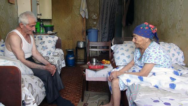 Mit 92 Jahren fern der Heimat. Rotkreuz-Freiwillige besuchen das betagte Ehepaar mehrmals pro Woche. (Bild: Barbara Stöckl)