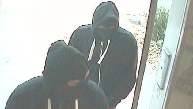 Die beiden Täter trugen Kapuzen und Sturmhauben. (Bild: APA/POLIZEI)