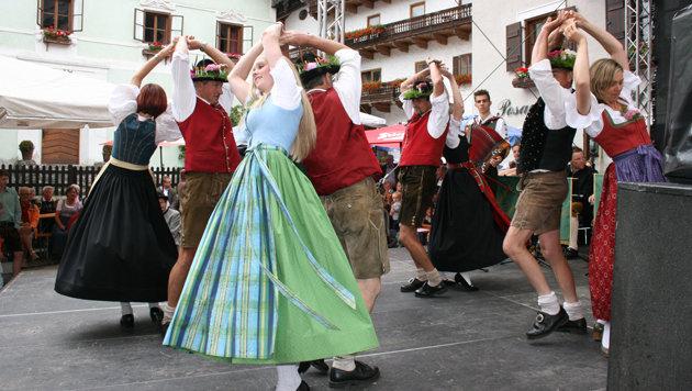 Tradition und Brauchtum präsentieren auch die Kranzltänzer aus Goldegg am Salzburg-Tag. (Bild: TVB Goldegg)