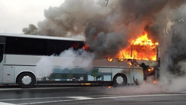 Großeinsatz in NÖ: Reisebus ging in Flammen auf (Bild: Einsatzdoku.at)