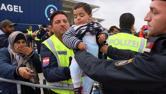 """""""Menscheninvasion überfordert Nickelsdorf restlos"""" (Bild: AP)"""