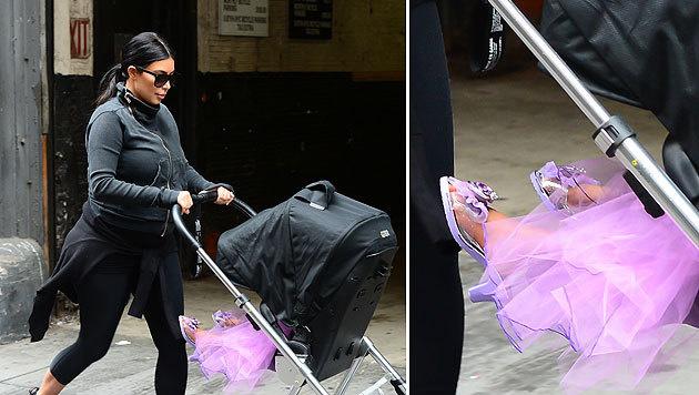 """Kim Kardashian schiebt """"Prinzessin Nori"""" im Kinderwagen. Die Kleine trägt Stöckelschuhe. (Bild: Splash)"""