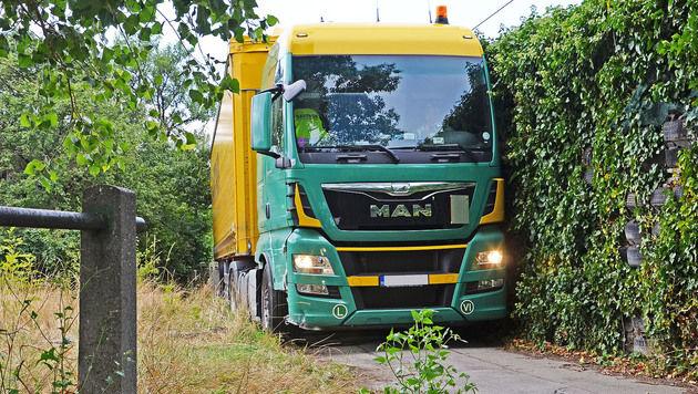 Fahrt endete auf Gehweg: Lastwagen steckte fest (Bild: APA/PRESSESTELLE BFK M…DLING)