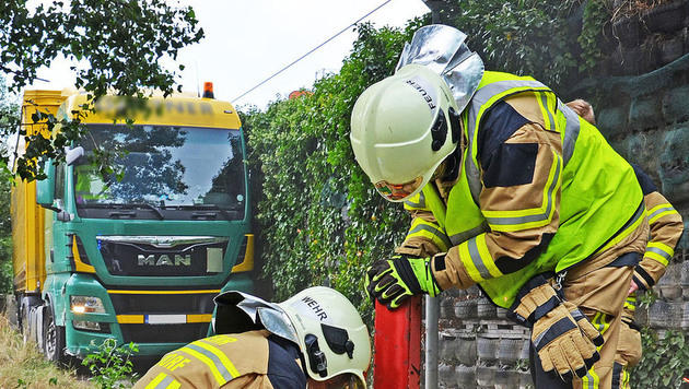 Stahlpfosten rückte die Feuerwehr mit dem Trennschleifer zu Leibe. (Bild: APA/PRESSESTELLE BFK M…DLING)
