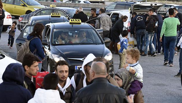 Flüchtlingsstrom: Taxifahrer an Grenze beordert (Bild: APA/HERBERT P. OCZERET)