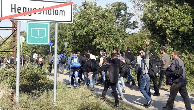Sommer 2015: Flüchtlinge auf dem Weg nach Österreich (Bild: APA/HERBERT P. OCZERET)