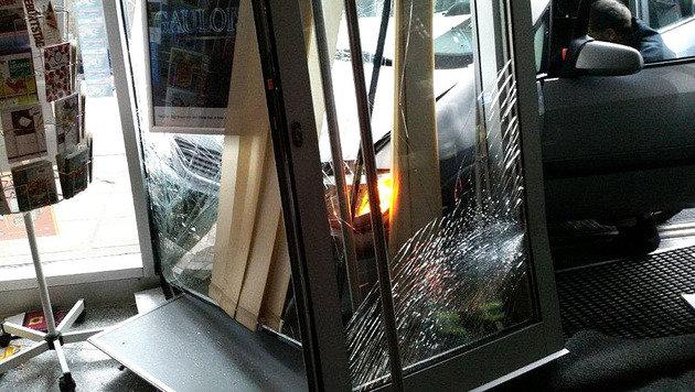 Auto kracht in Wien in Trafik: Lenker verletzt (Bild: APA/POLIZEI)