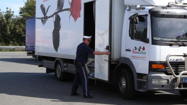 Aus dem Rosenkühlwagen wurden 42 Flüchtlinge befreit. (Bild: laumat.at)