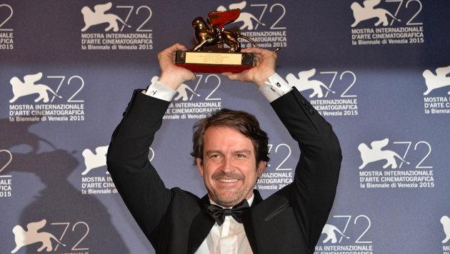 Lorenzo Vigas mit seinem Preis (Bild: APA/EPA/ANDREA MEROLA)