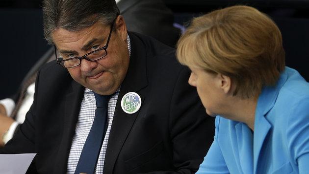 Sigmar Gabriel mit Angela Merkel (Bild: AP)