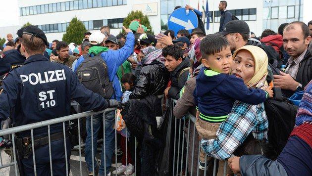 """Aktion """"Helfen. Wie Wir."""" für Flüchtlinge läuft an (Bild: APA/ROLAND SCHLAGER)"""