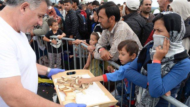 Flüchtlingsstrom: Im Burgenland droht Chaos (Bild: APA/ROLAND SCHLAGER)
