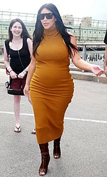Im senfgelben, hautengen Strickkleid macht Kim Kardashian auch nicht die beste Figur. (Bild: Viennareport)