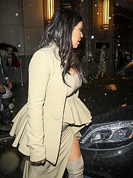 Auch das beige Outfit mit Schößchen war alles andere als vorteilhaft. (Bild: Viennareport)