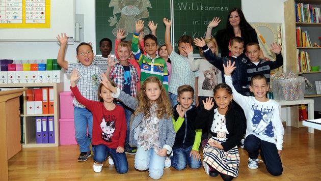 röhlich winkten die Erstklassler der Volksschule Gmunden Stadt in die Kamera. (Bild: Klemens Fellner)