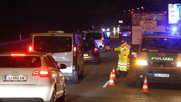So lief die erste Nacht mit Grenzkontrollen (Bild: APA/EPA/FRANZ NEUMAYR)