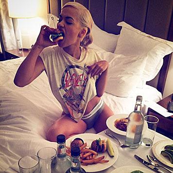 """Rita Ora zeigt ihre """"Thigh Brow"""" beim Snack im Hotelzimmer. (Bild: Viennareport)"""